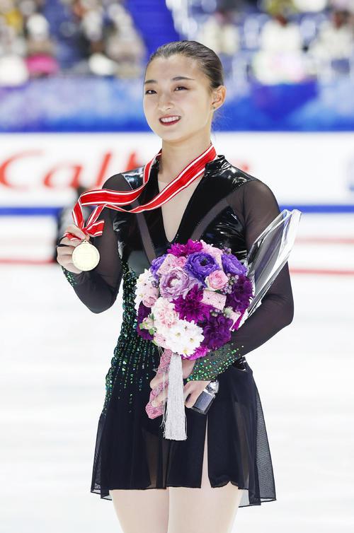 メダルを手に笑顔の坂本花織(代表撮影)