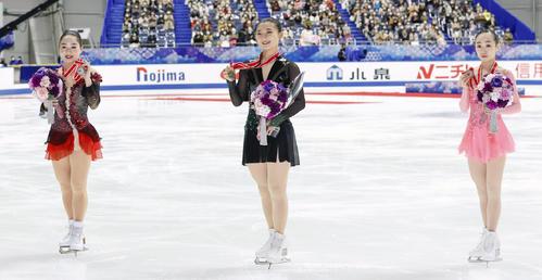 メダルを手に笑顔の左から2位の樋口新葉、優勝した坂本花織、3位の松生理乃(代表撮影)