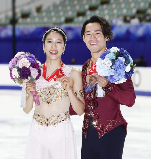 アイスダンスで3位となり、メダルを手に笑顔の村元(左)、高橋組(代表撮影)