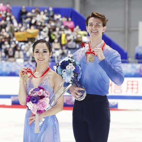 アイスダンスで優勝し、メダルを手に笑顔の小松原(左)、コレト組(代表撮影)