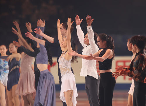 フィナーレでスタンドに挨拶する高橋大輔(右から4人目)ら(代表撮影)