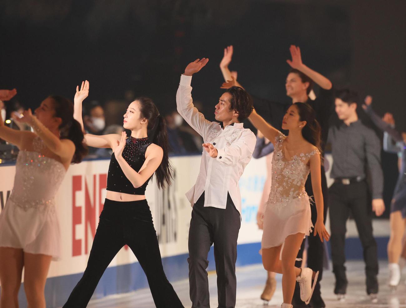 フィナーレで手を振りながらリンクを周回する高橋大輔(中央)ら(代表撮影)
