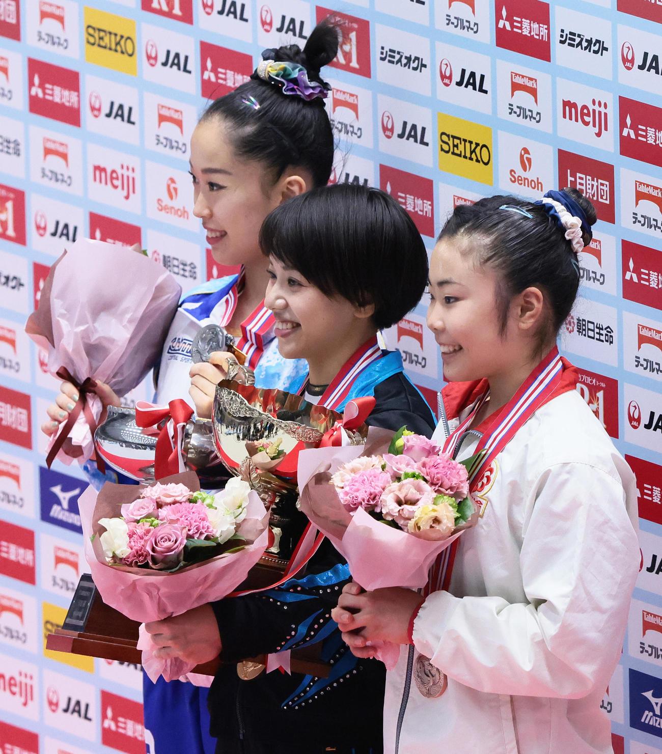 表彰台で笑顔を見せる優勝の村上(中央)。左は2位畠田瞳、右は3位相馬(撮影・足立雅史)