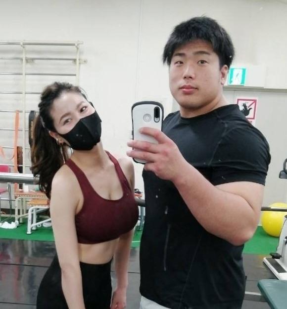 妻と一緒にトレーニングする影浦(本人提供)