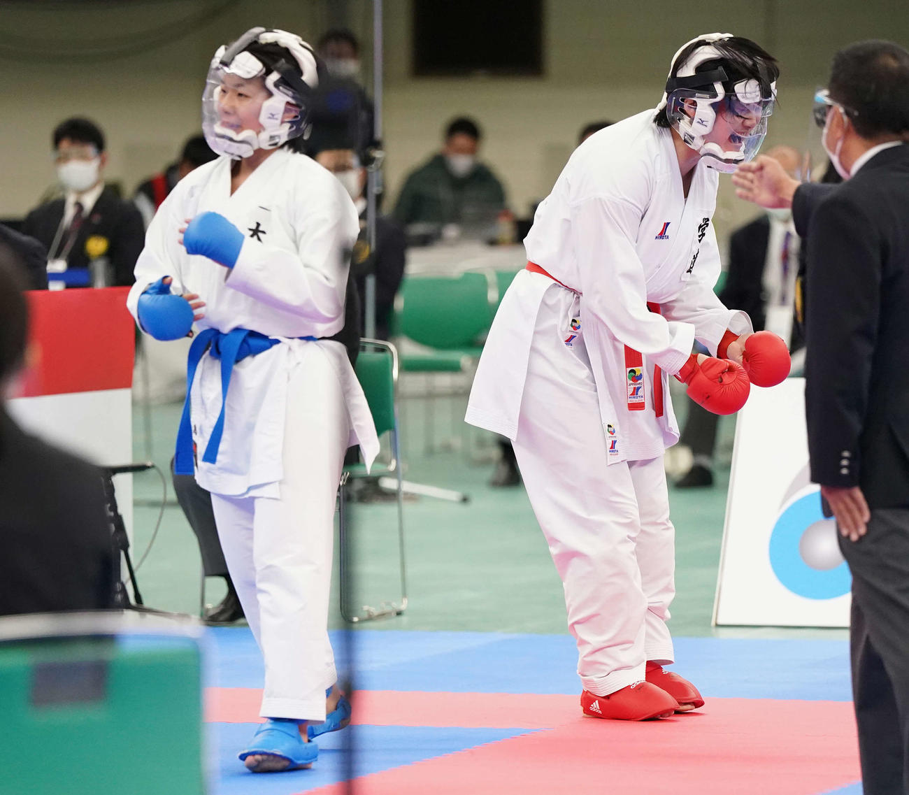 女子組手決勝 島(左)に勝利し優勝を決め、ほえる沢江(撮影・鈴木みどり)