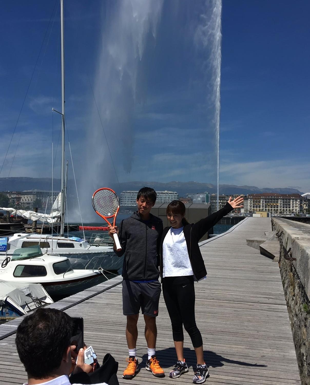 17年5月、ジュネーブオープンで観光名所レマン湖の大噴水の前で写真に納まる錦織(左)と山内舞さん