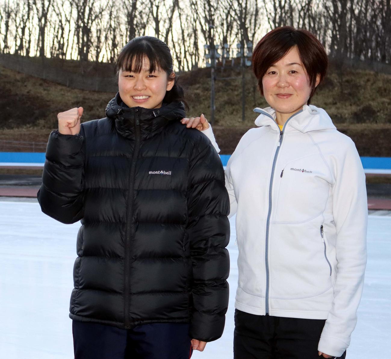 女子500メートルで初優勝し田畑監督と喜ぶ駒大苫小牧の清水(左)(撮影・永野高輔)