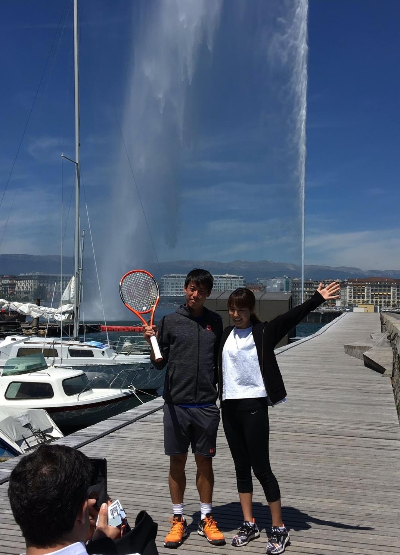 17年5月のジュネーブオープンで、観光名所レマン湖の大噴水の前で写真に納まる錦織(左)と山内さん
