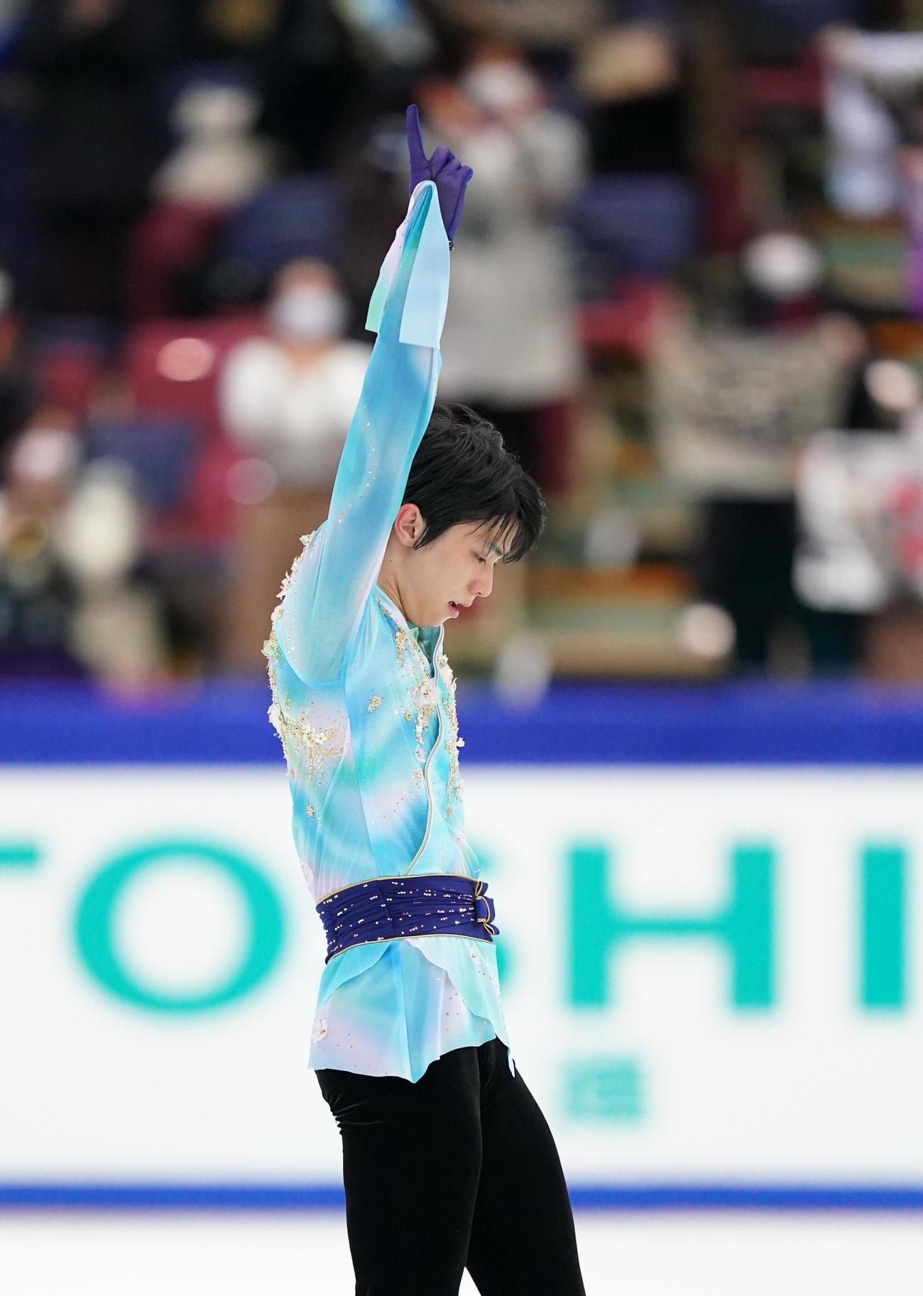 全日本フィギュアスケート選手権 男子フリーの演技を終え、ポーズをとる羽生(代表撮影)