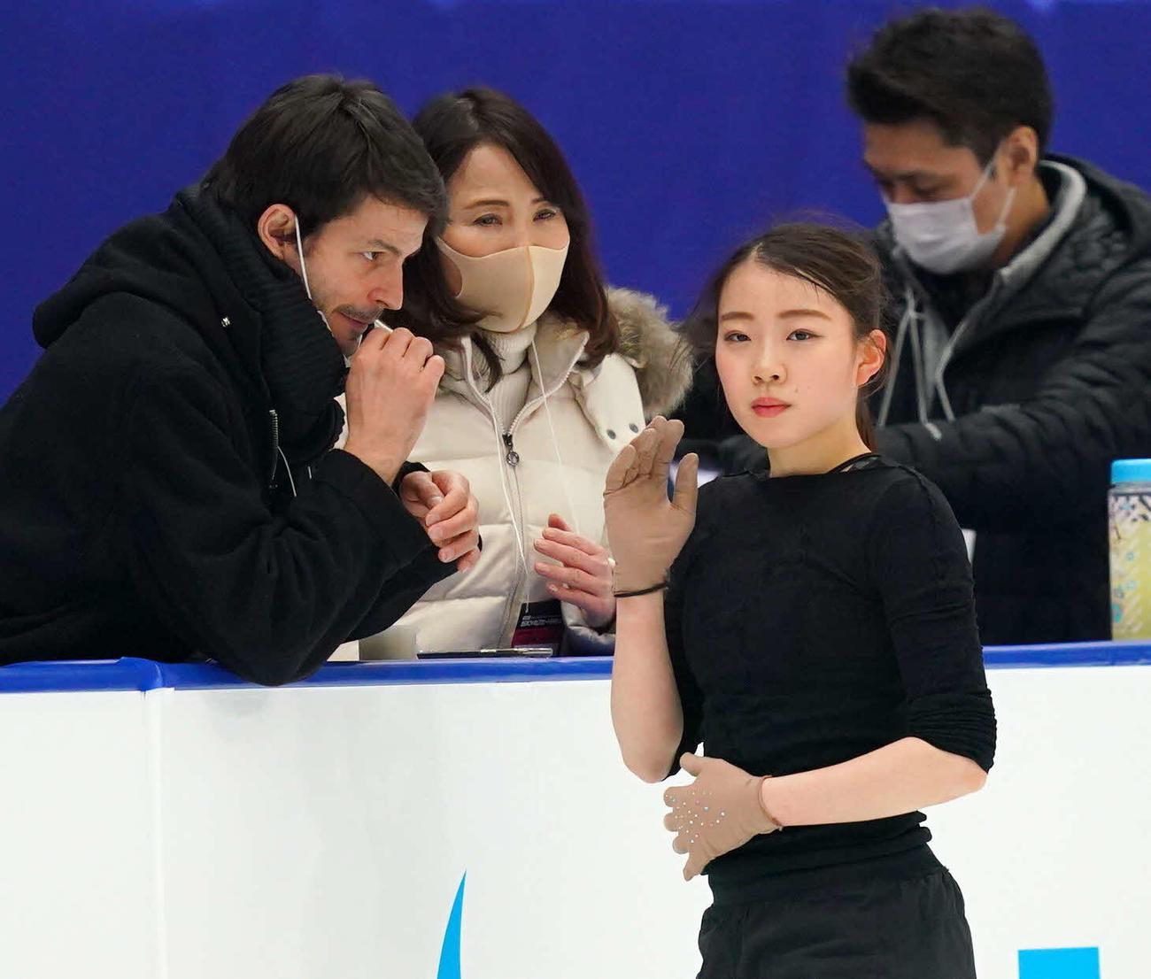 公式練習でランビエル・コーチ(左)浜田コーチ(左から2人目)と話す紀平(代表撮影)