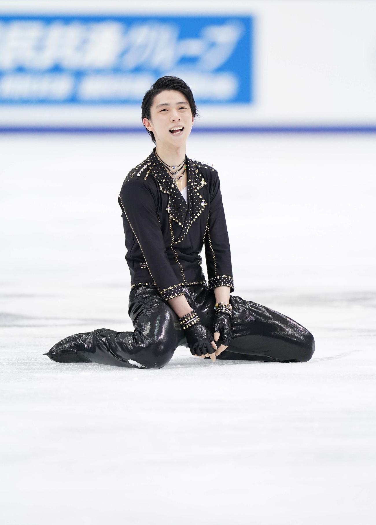 全日本フィギュアスケート選手権 男子SPの演技を終えて笑顔を見せる羽生(代表撮影)