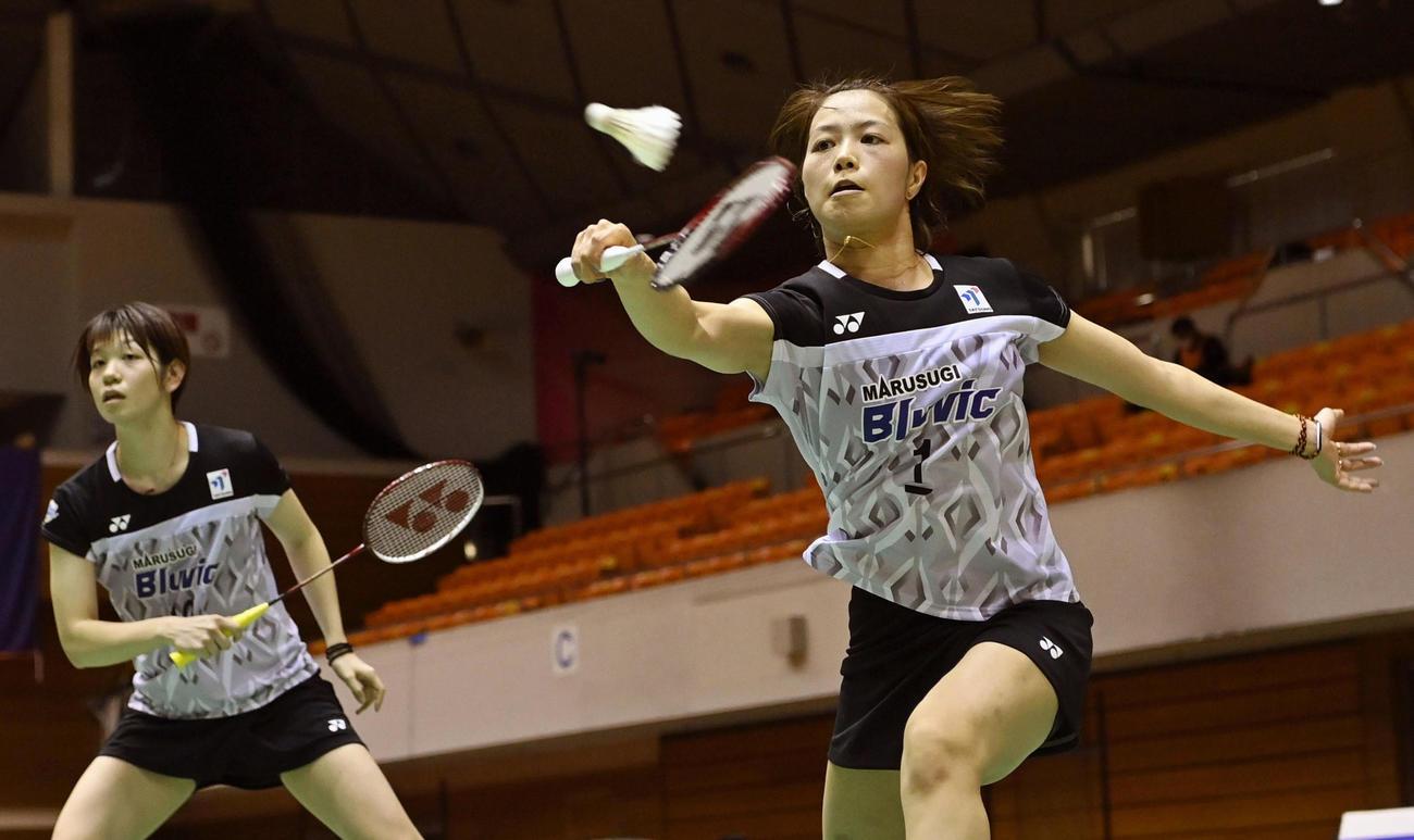 女子ダブルス準決勝でプレーする福島(右)、広田組(代表撮影)