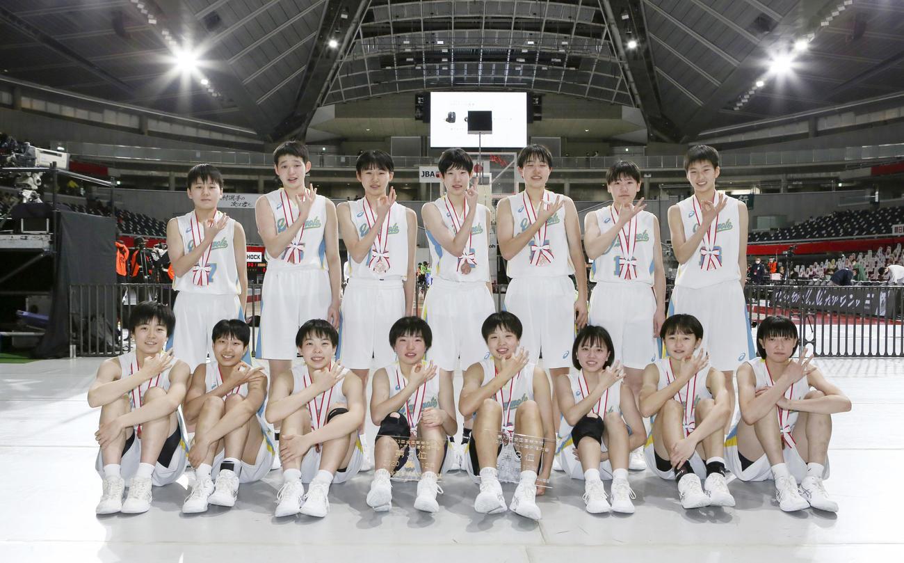 ウインターカップ女子3位表彰式 3位となりポーズを決める札幌山の手の選手たち(C)JBA