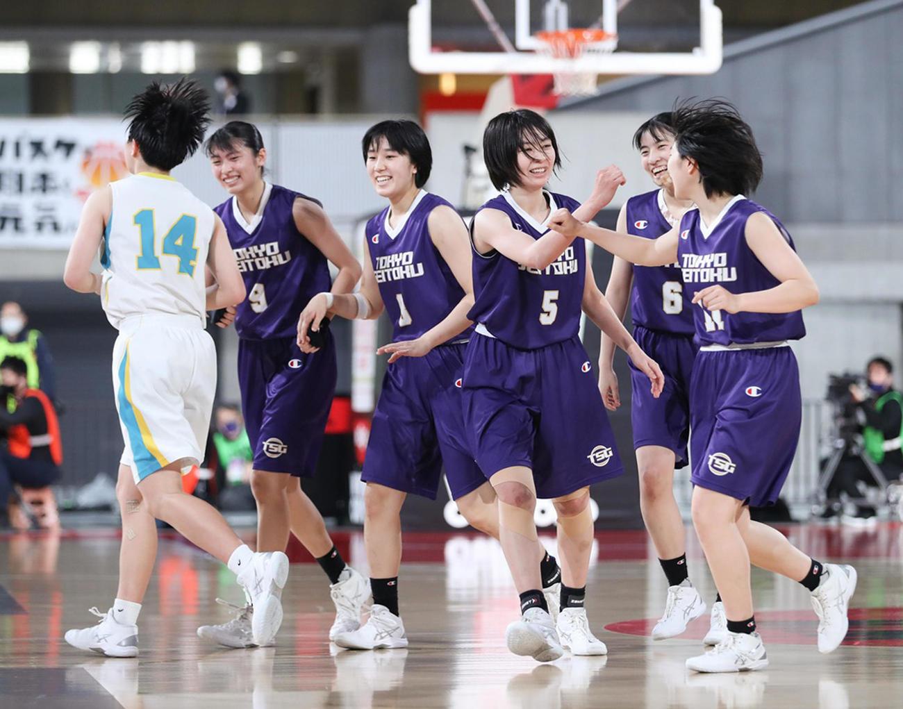 札幌山の手対東京成徳大高 第4Q、笑顔でタッチを交わす東京成徳大高の選手たち(C)JBA