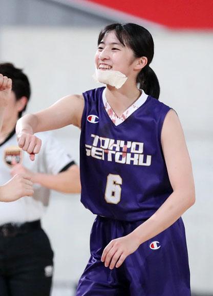 ウインターカップ女子準決勝 札幌山の手対東京成徳大高 第2Q、けがをしながらも笑顔でプレーを続ける東京成徳大高・須田(C)JBA