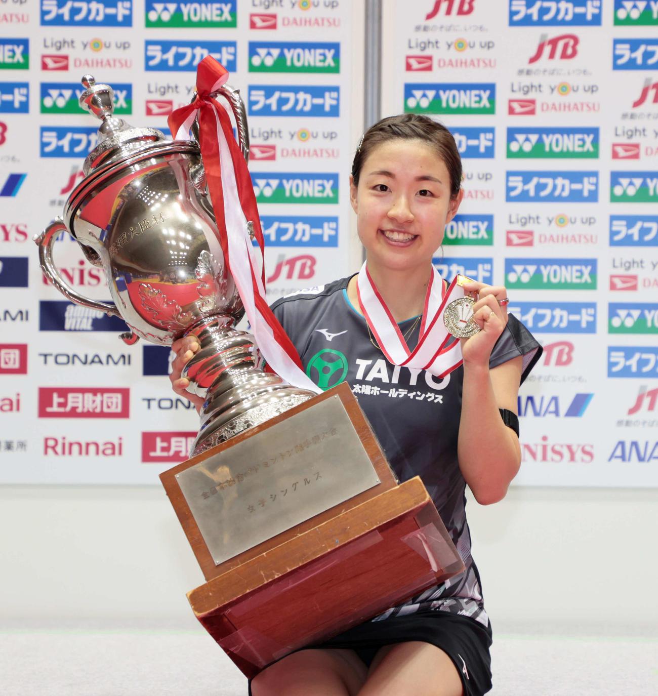 女子シングルスで優勝し、笑顔を見せる奥原(代表撮影)