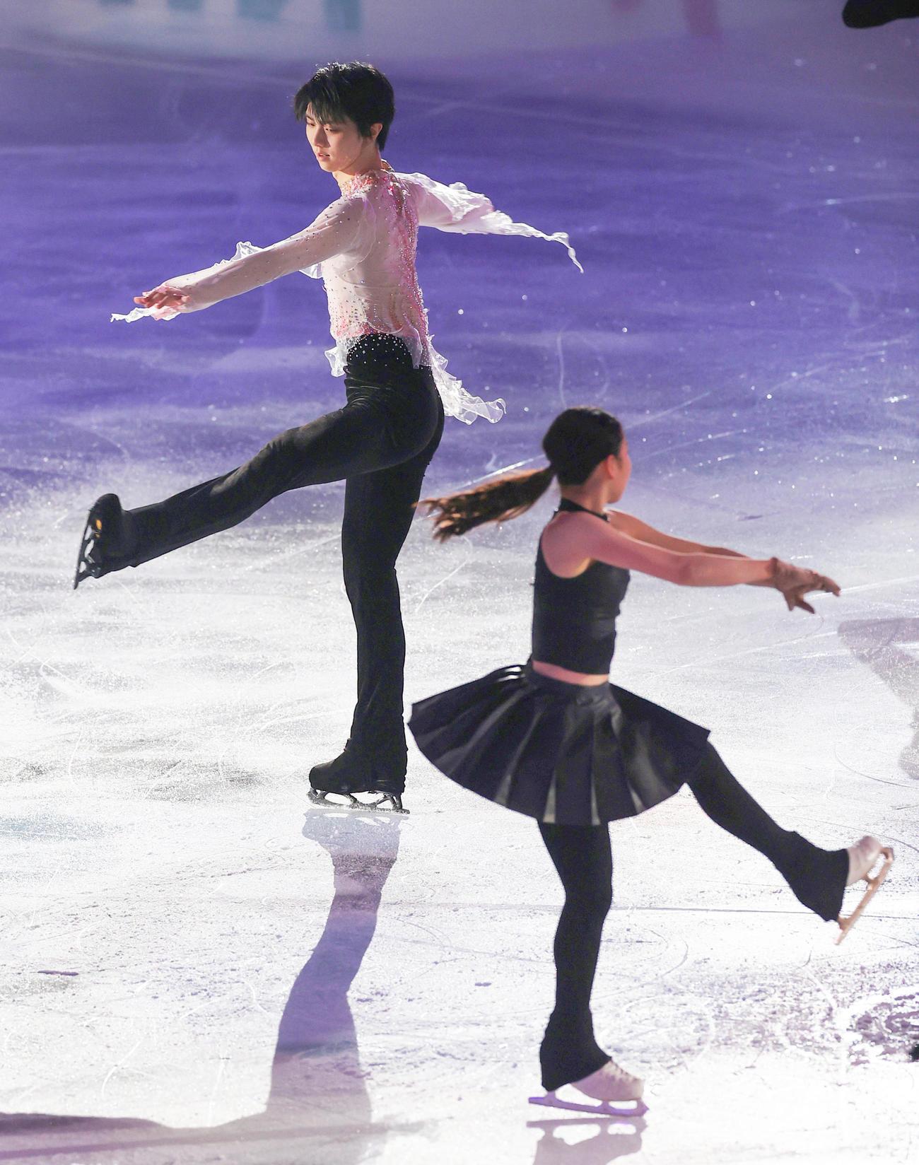 演技する羽生(左)と紀平(代表撮影)