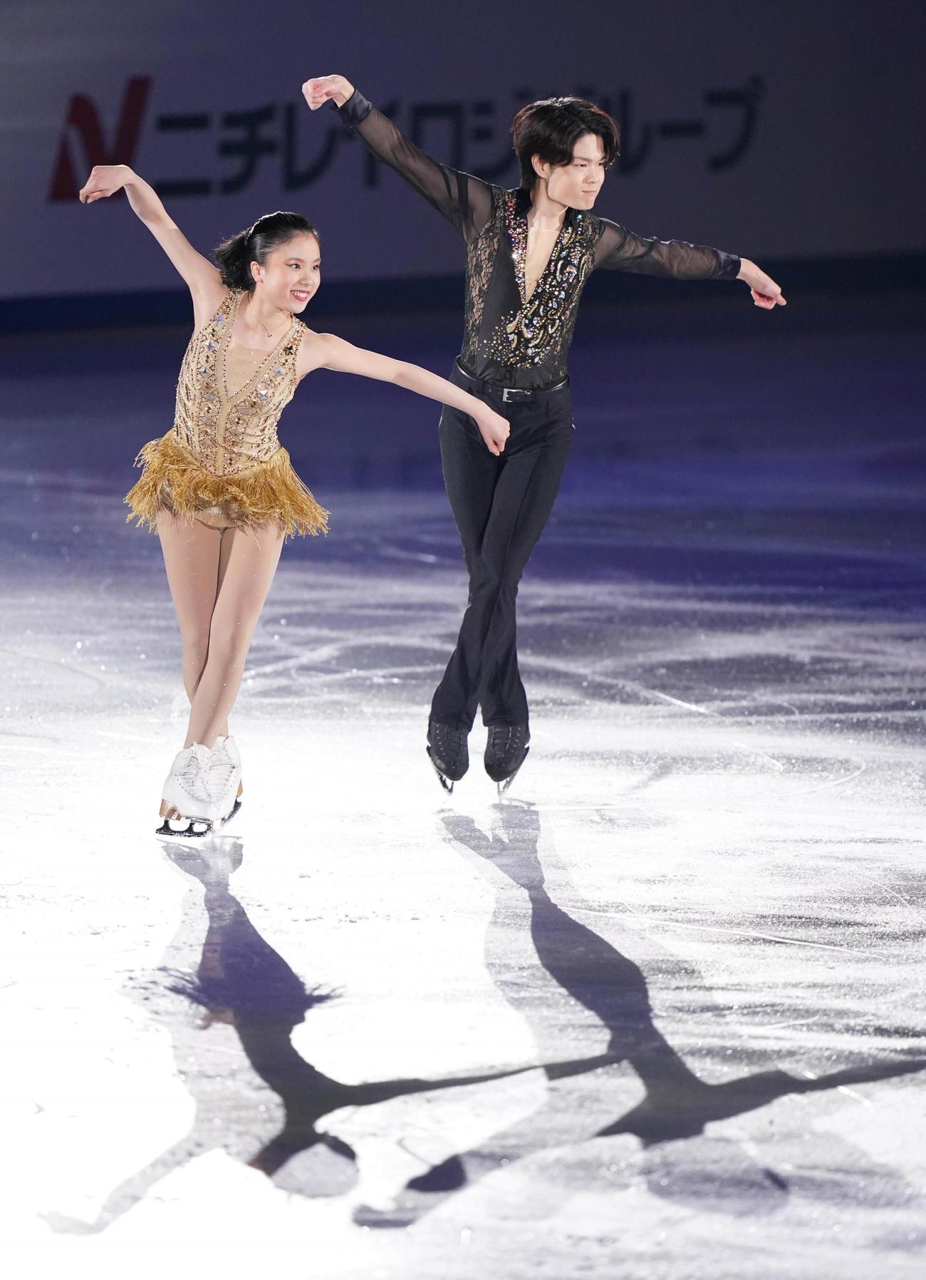 演技する吉田(左)、西山組(代表撮影)
