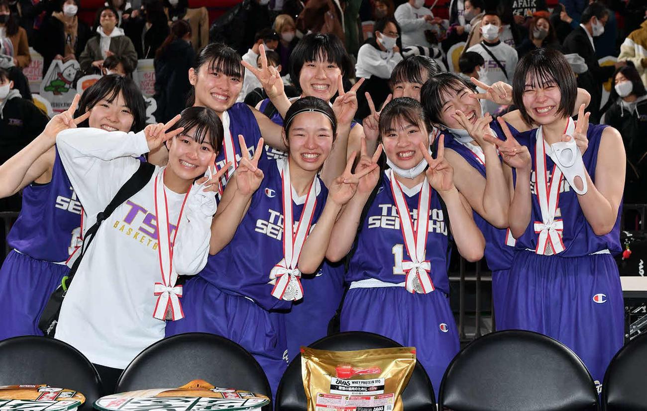表彰式を終え、笑顔で写真に納まる準優勝の東京成徳大高の選手たち(C)JBA