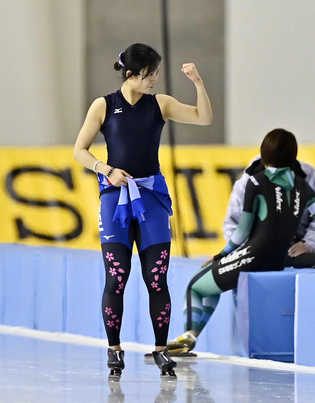 女子5000メートルのレースを終え、ガッツポーズする高木美(代表撮影)