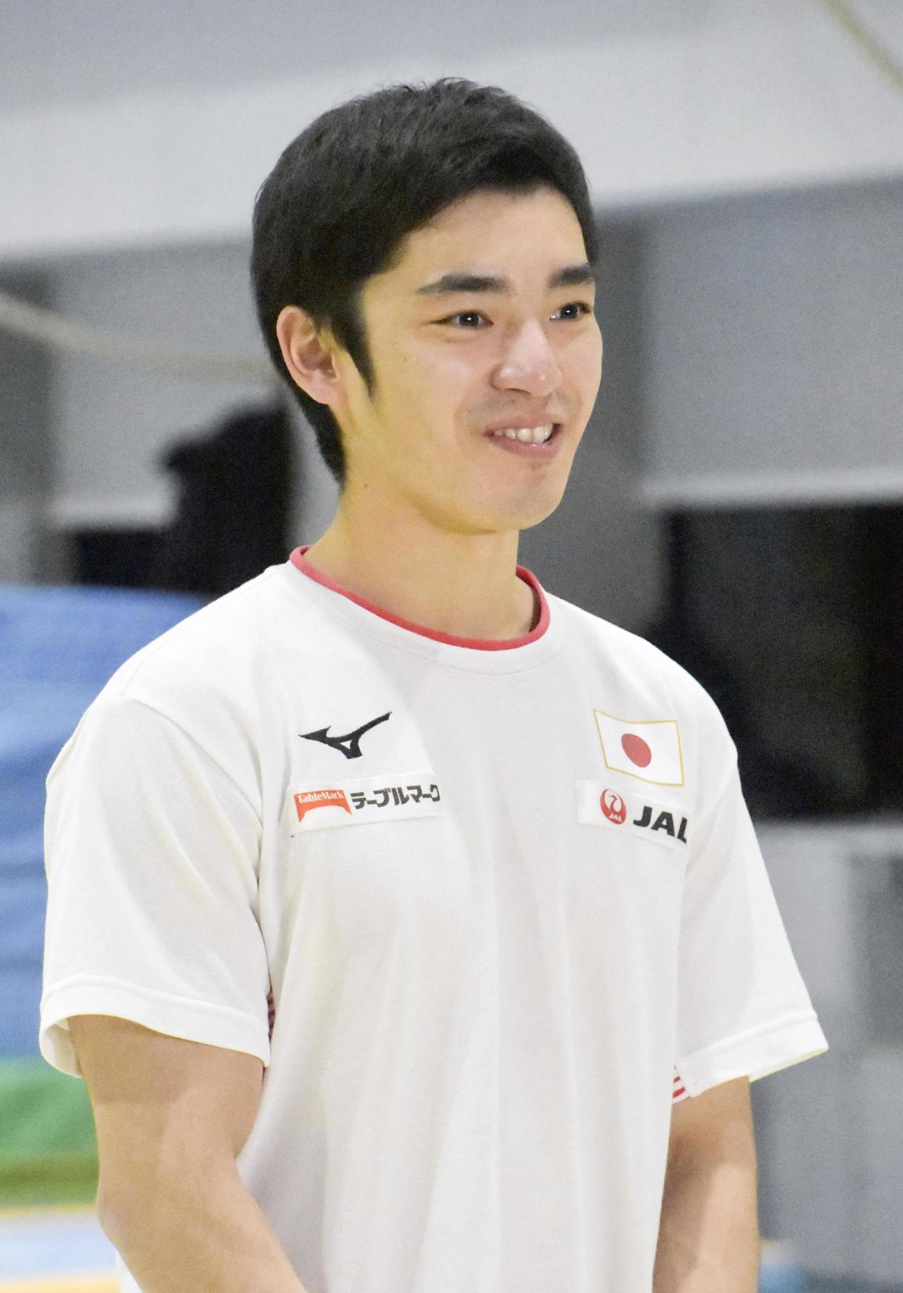 練習後、取材に応じる体操男子の白井健三(共同)