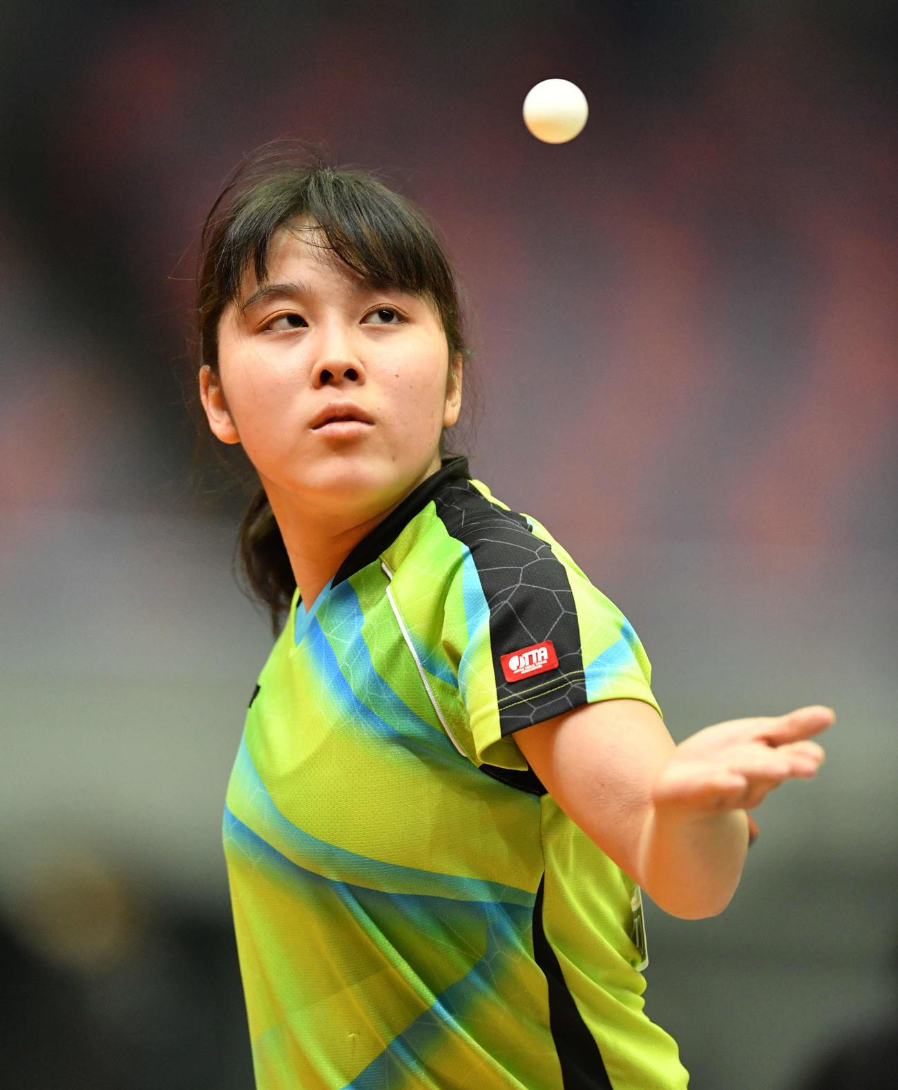 全日本卓球選手権ジュニア女子シングルス1回戦 サーブトスを上げる平野亜子(撮影・岩下翔太)