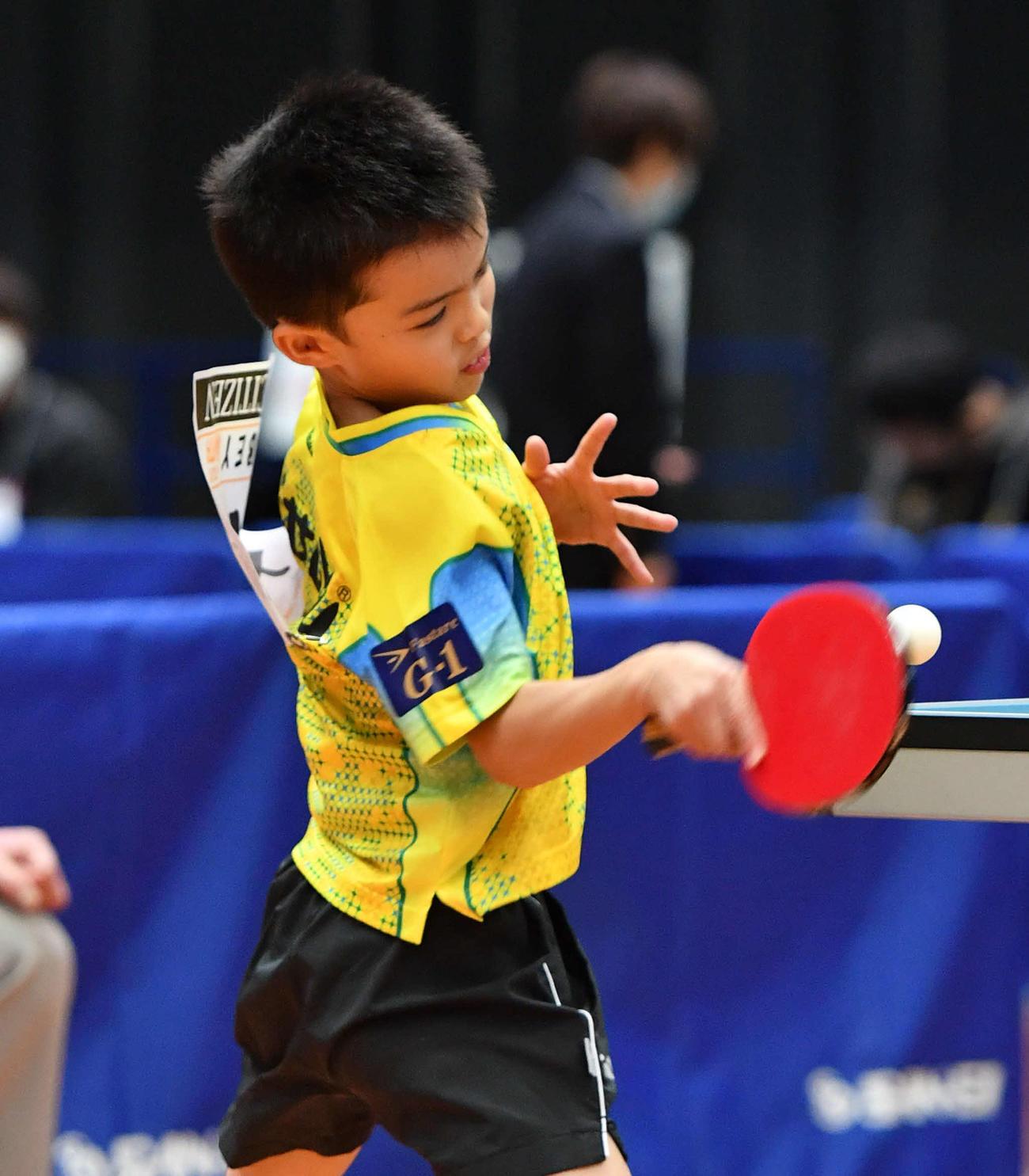 全日本卓球選手権ジュニア男子シングルス1回戦 スマッシュを打つ大野颯真(撮影・岩下翔太)