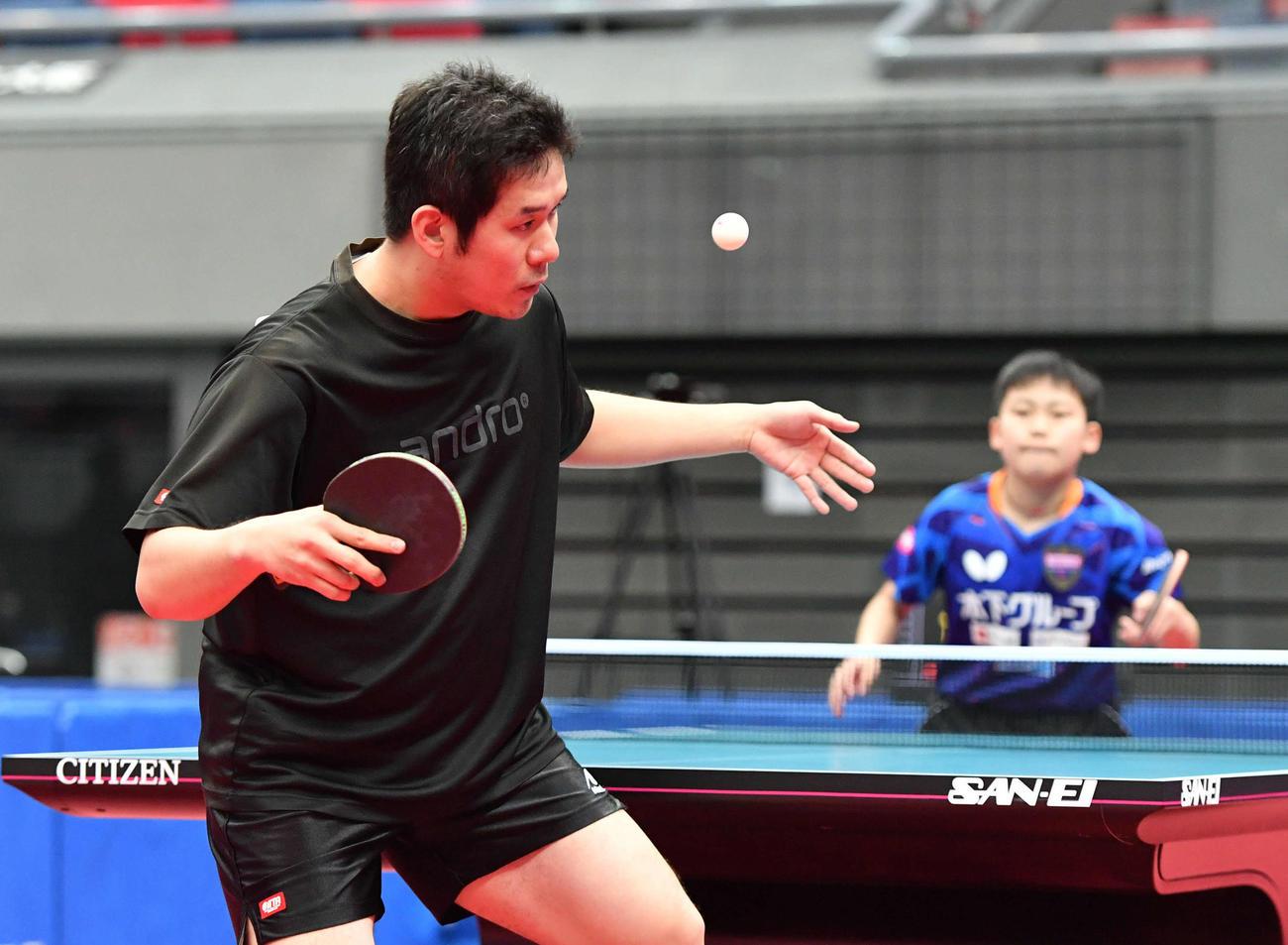 全日本卓球選手権男子シングルス2回戦 サーブを打つ岩城禎、右は松島輝空(撮影・岩下翔太)
