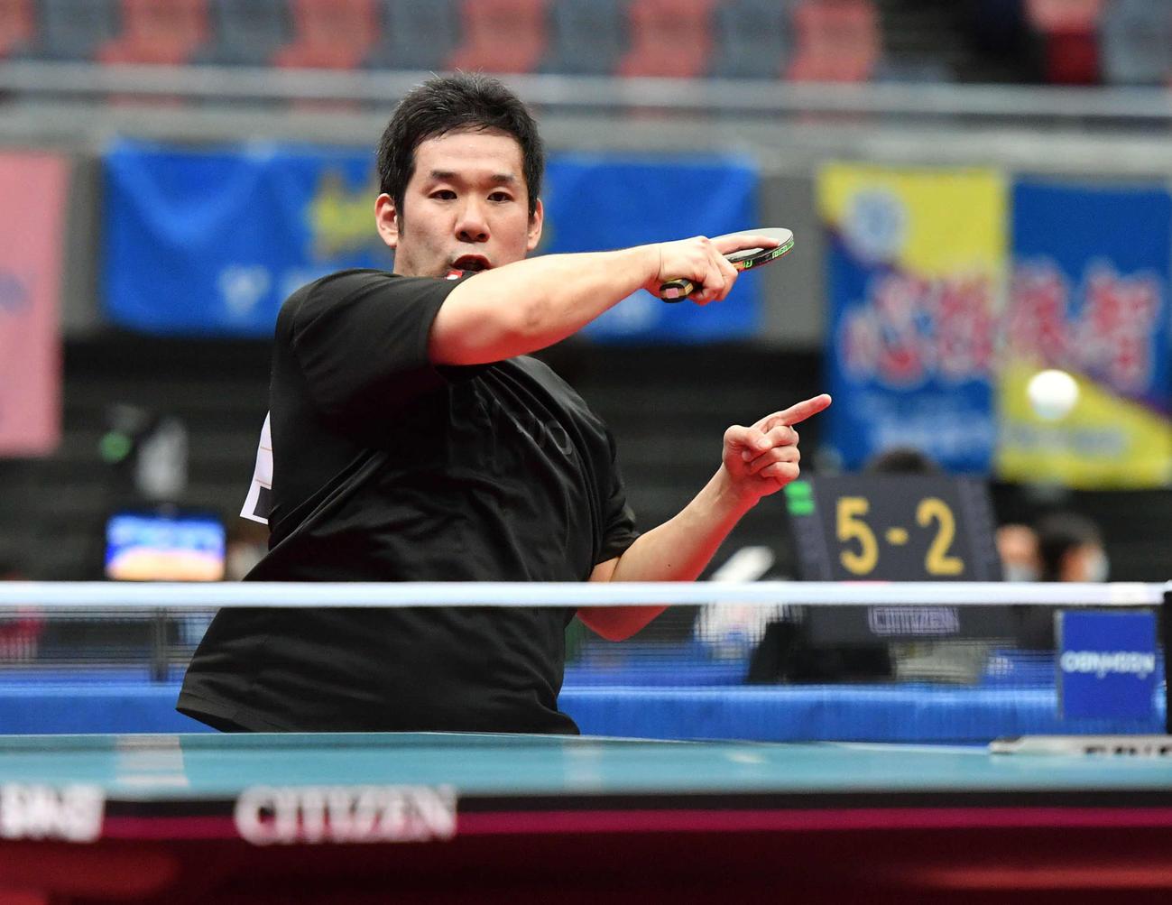全日本卓球選手権男子シングルス2回戦 ラリーを返す岩城禎(撮影・岩下翔太)
