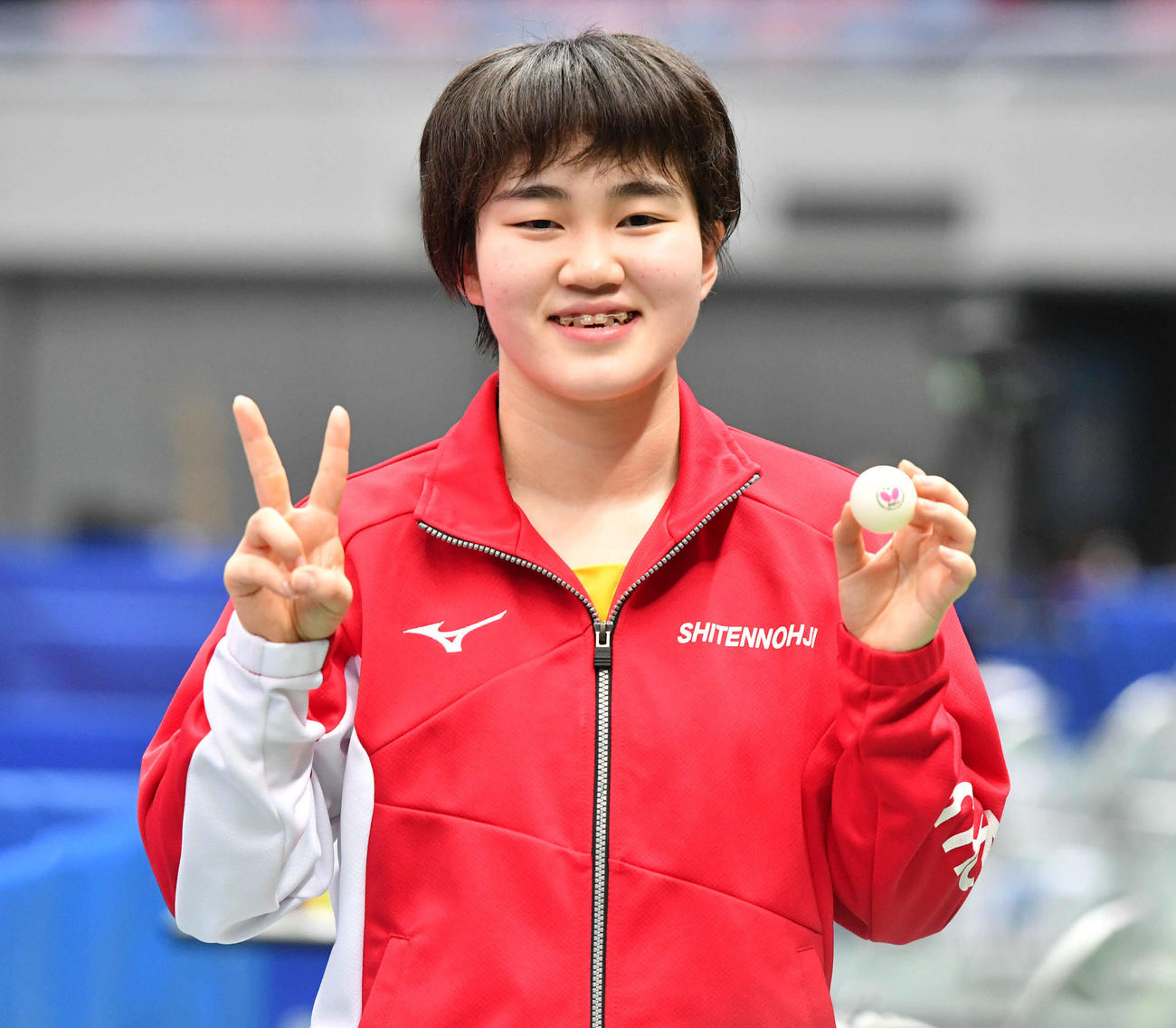 全日本卓球選手権 ジュニア女子シングルスで優勝し、ウイニングボールを手に笑顔を見せる大藤沙月(撮影・岩下翔太)