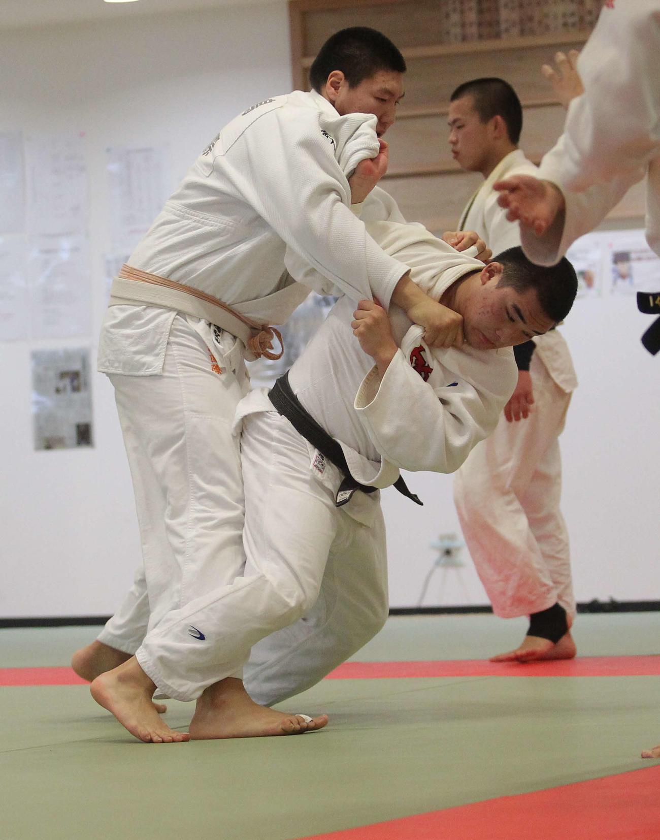 200センチのモンゴル人留学生・ボルトに背負い投げを仕掛ける川田