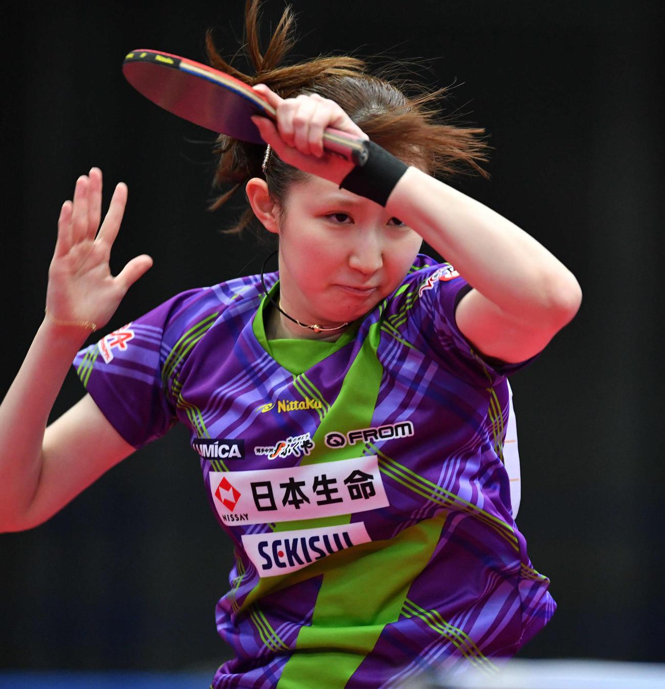 全日本卓球選手権女子シングルス4回戦 スマッシュを打つ早田ひな(撮影・岩下翔太)