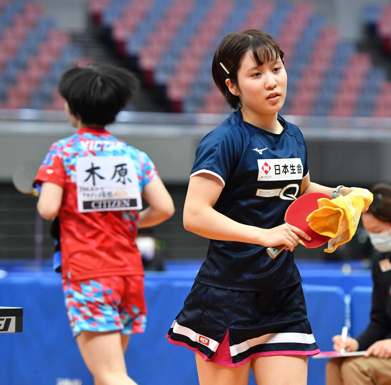全日本卓球選手権 女子シングルス6回戦で木原美悠(左)に敗れた平野美宇(撮影・岩下翔太)