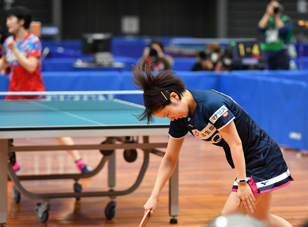 全日本卓球選手権女子シングルス6回戦 失点し肩を落とす平野美宇、左は木原美悠(撮影・岩下翔太)