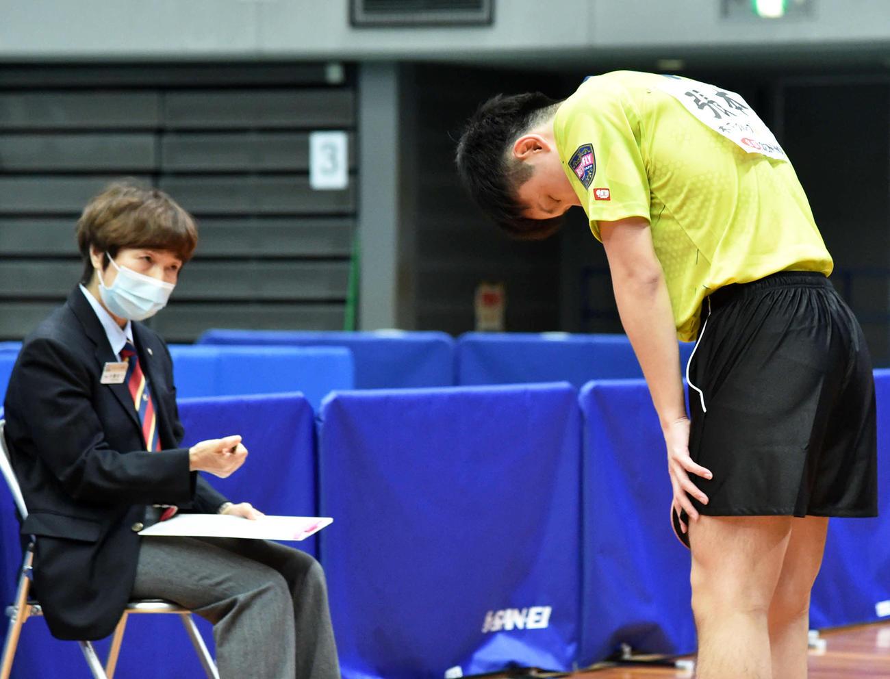 大声を出す行為を注意された張本智和は試合後、井置節子主審(左)に一礼する(撮影・岩下翔太)