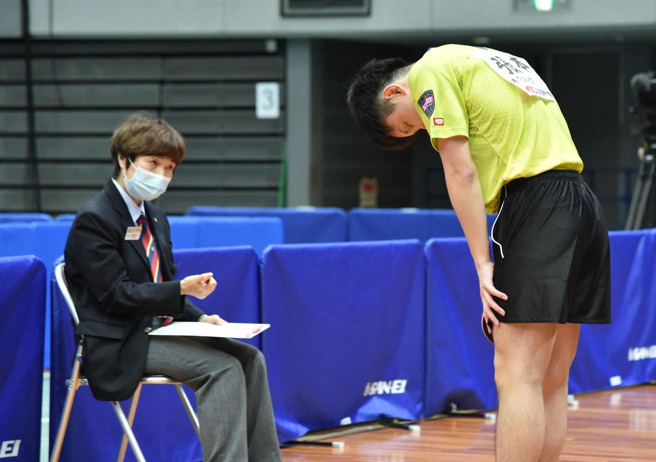 試合後、井置節子主審(左)に一礼する張本智和(撮影・岩下翔太)