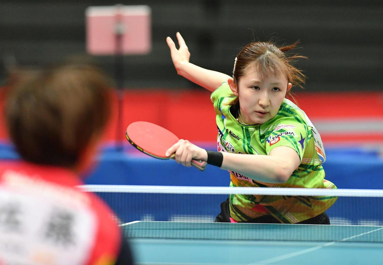 全日本卓球選手権女子シングルス準々決勝 スマッシュを打つ早田ひな、左は佐藤瞳(撮影・岩下翔太)