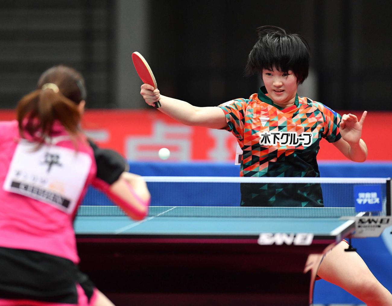 全日本卓球選手権女子シングルス準々決勝 平侑里香(左)を下し準決勝に進出した木原美悠(撮影・岩下翔太)