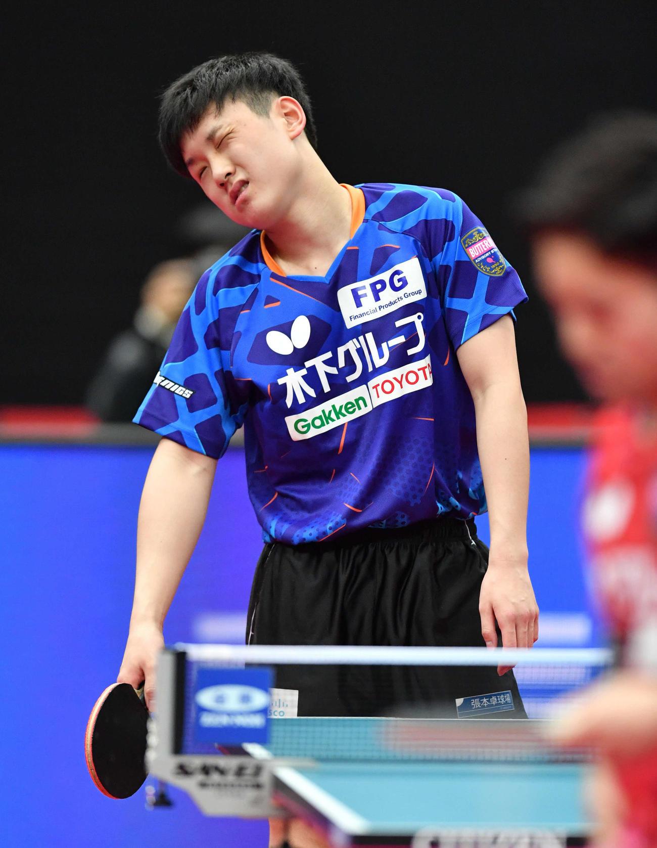 全日本卓球選手権男子シングルス準々決勝 ミスで失点し悔しそうな表情を見せる張本智和(撮影・岩下翔太)