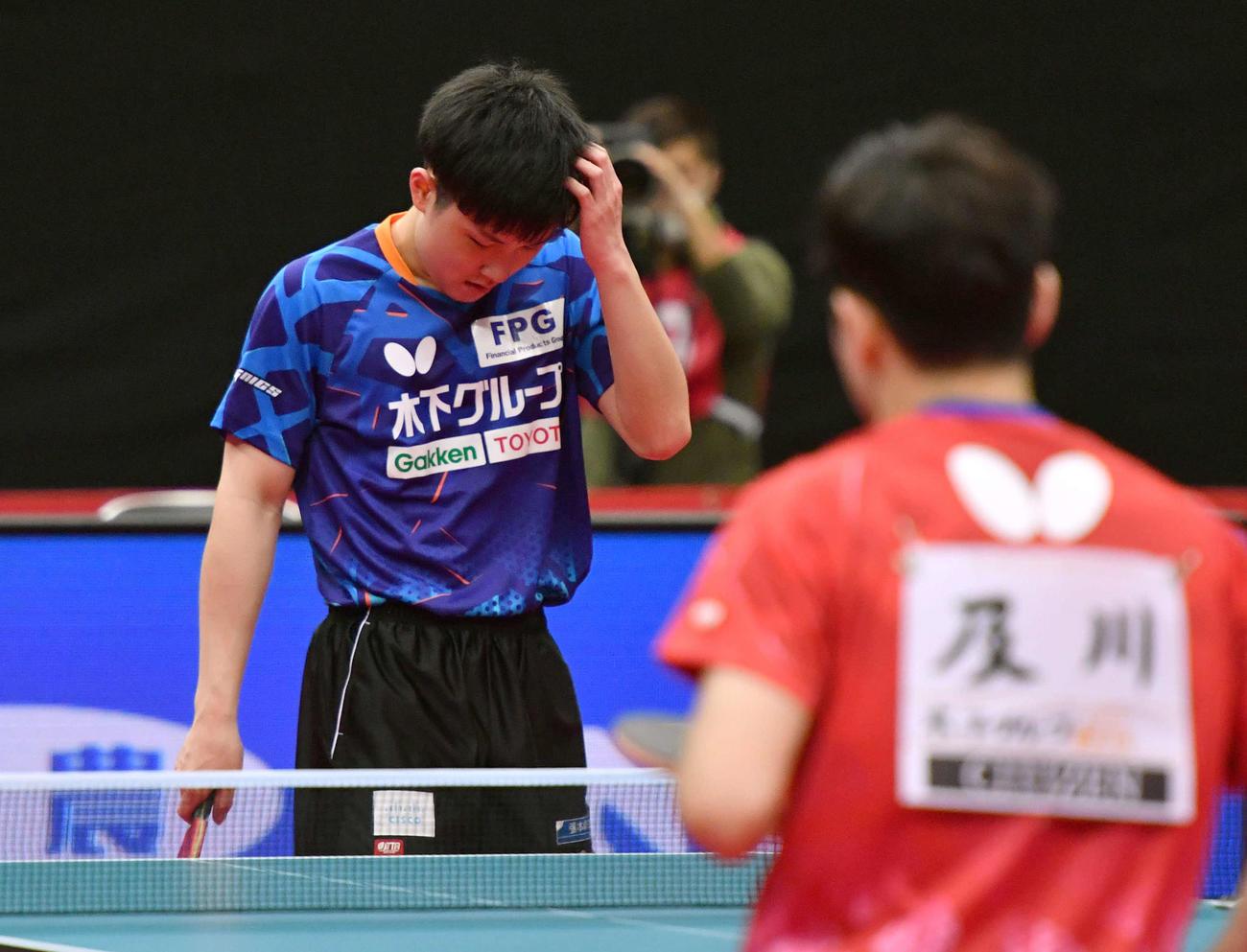 全日本卓球選手権男子シングルス準々決勝 ミスで失点し頭を抱える張本智和、右は及川瑞基(撮影・岩下翔太)