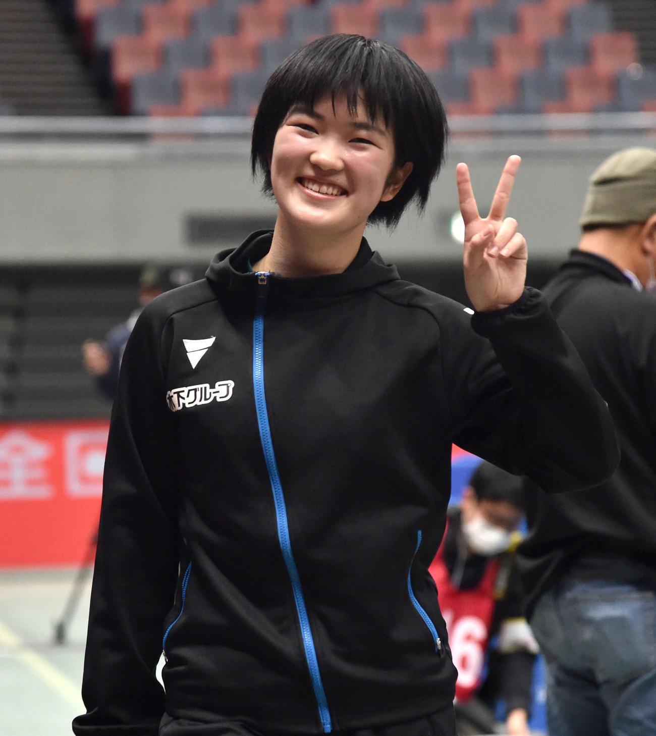 全日本卓球選手権女子シングルス準々決勝 準決勝に進出し、カメラに向かって笑顔でピースサインを見せながら引き揚げる木原美悠(撮影・岩下翔太)
