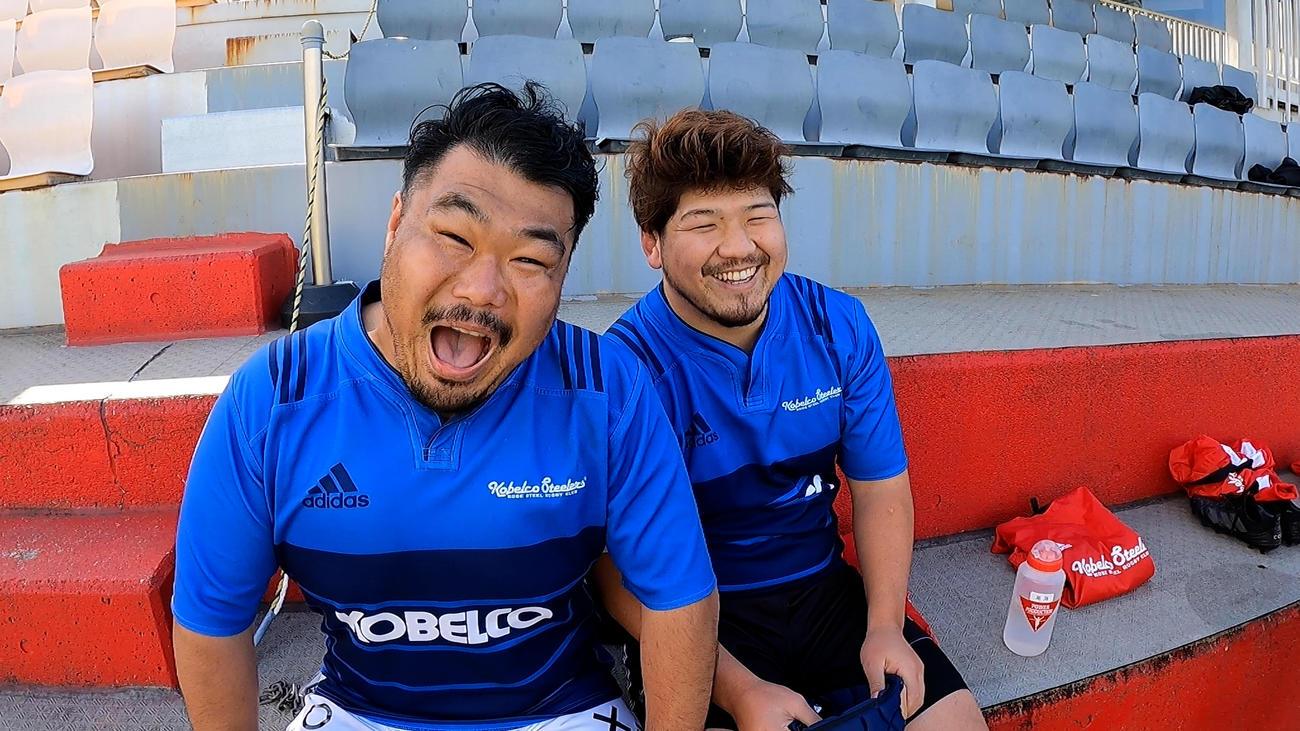 震災追悼の動画で笑顔を届けた神戸製鋼の選手たち。沢居寛也(左)と尾池亨允の両プロップ(神戸製鋼提供)