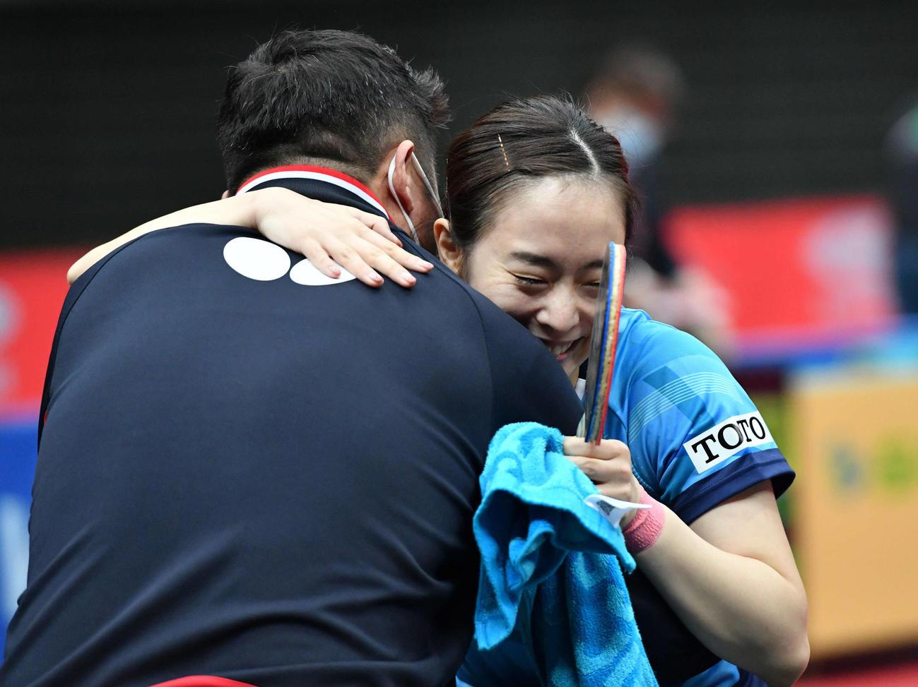 全日本卓球選手権 女子シングルス優勝を決め、ベンチのアドバイザーと笑顔で抱き合う石川佳純(撮影・岩下翔太)