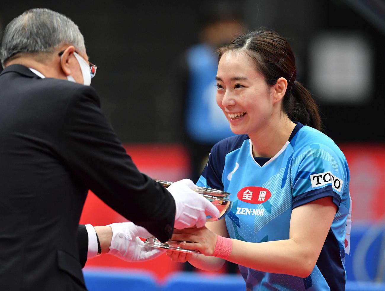 女子シングルスで優勝し、皇后杯を授与され笑顔を見せる石川(撮影・岩下翔太)