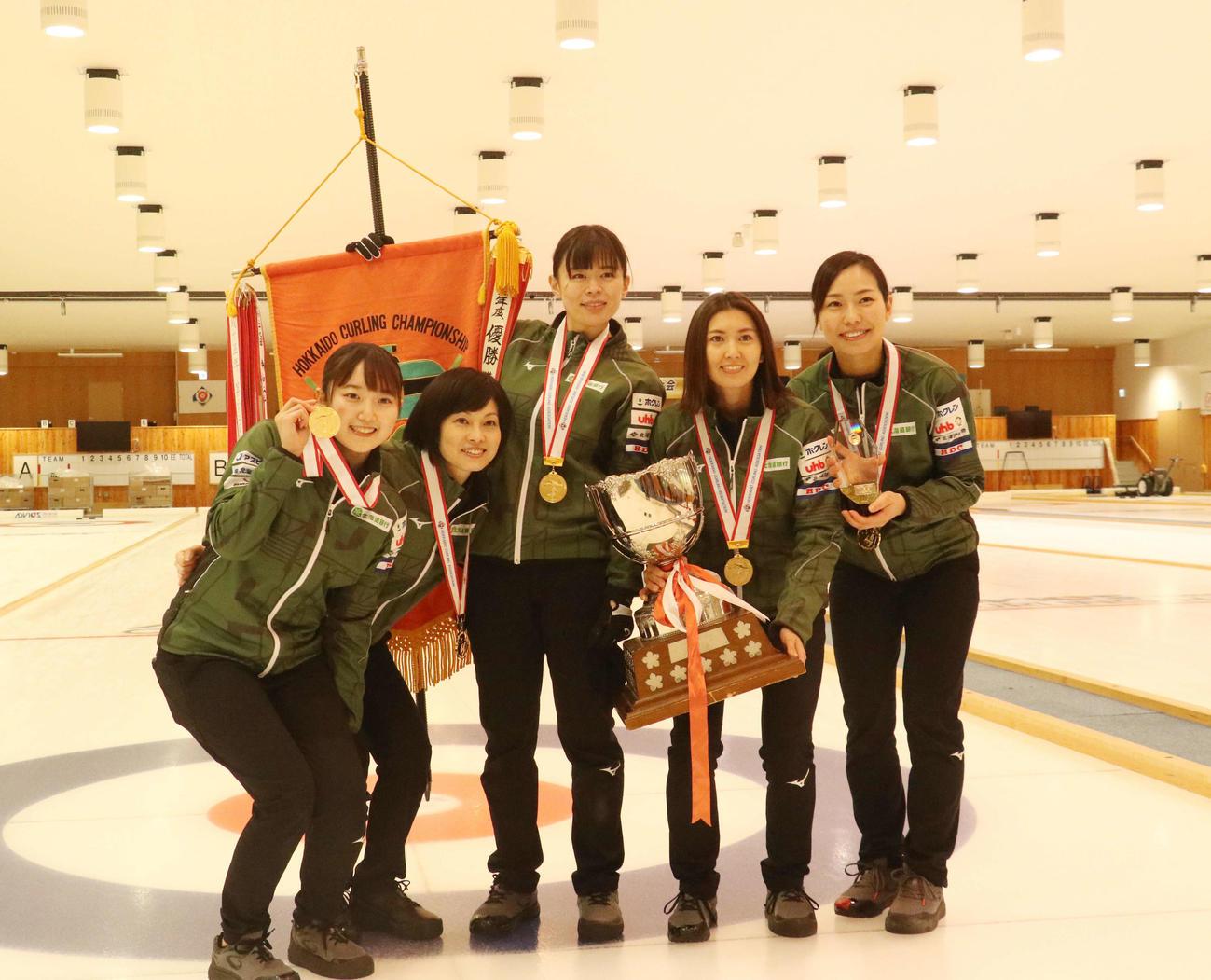 優勝して日本選手権切符を獲得した北海道銀行の選手たち。左から伊藤、船山、小野寺、吉村、近江谷(撮影・浅水友輝)