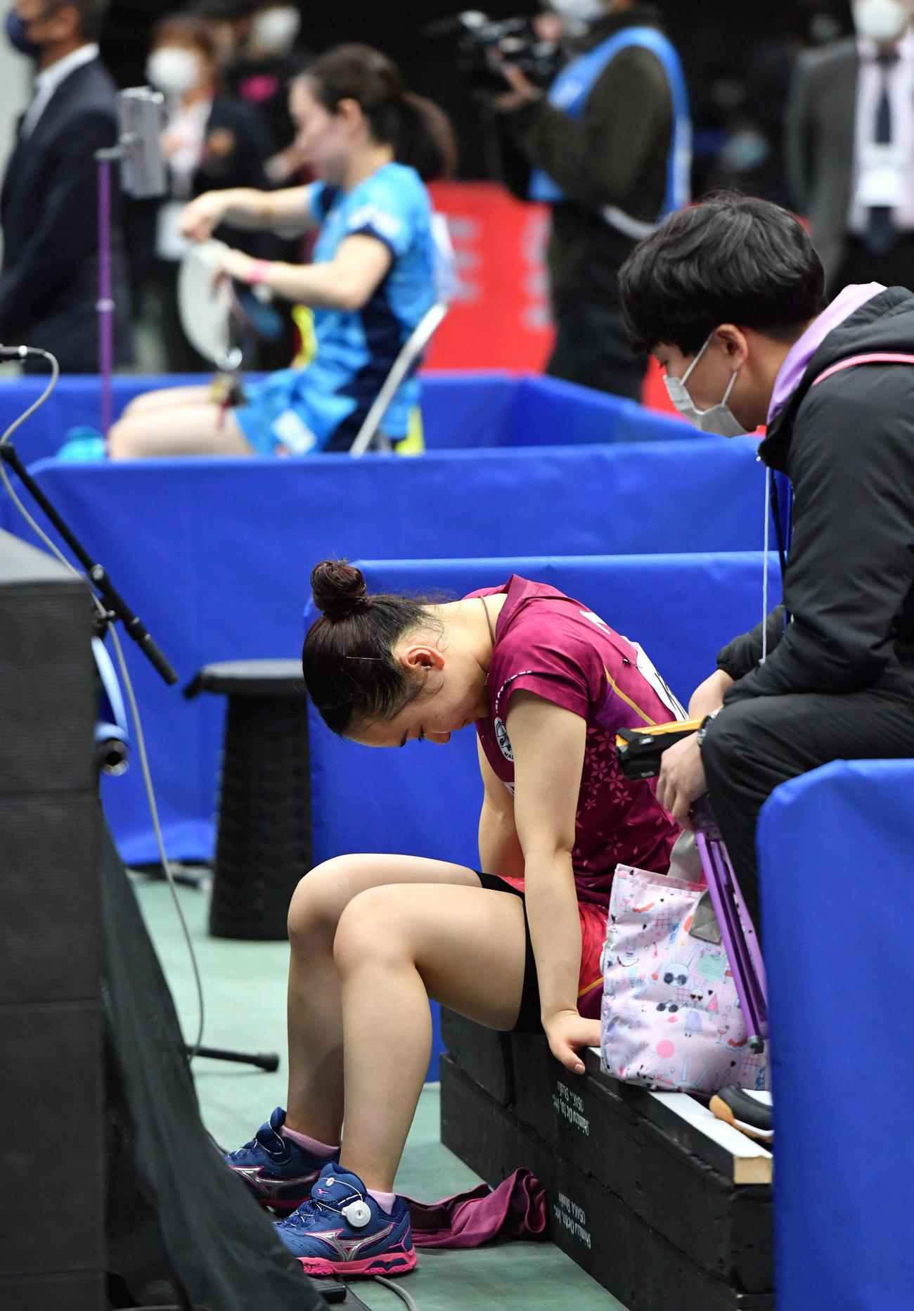 全日本卓球選手権 女子シングルス決勝で石川佳純(奥)に敗れ、ベンチで肩を落とす伊藤美誠(撮影・岩下翔太)