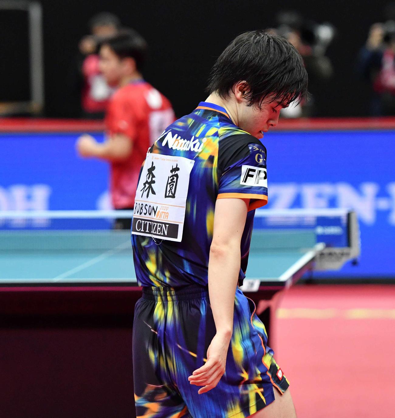 全日本卓球選手権男子シングルス決勝 失点し肩を落とす森薗政崇、左は及川瑞基(撮影・岩下翔太)