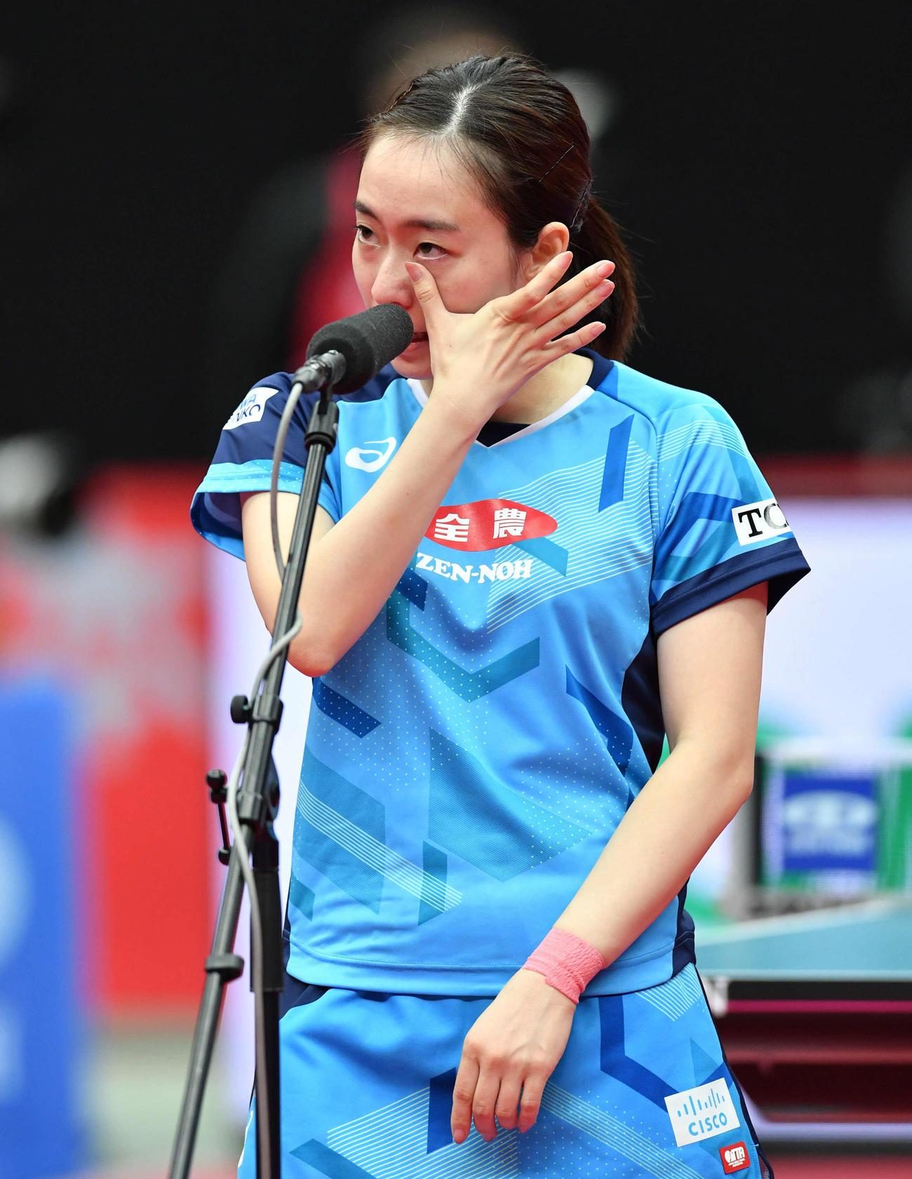 女子シングルスで優勝し、涙をぬぐいながら優勝スピーチをする石川(撮影・岩下翔太)