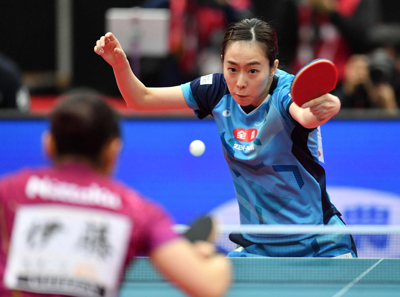 全日本卓球選手権女子シングルス決勝 ラリーを返す石川佳純、左は伊藤美誠(撮影・岩下翔太)
