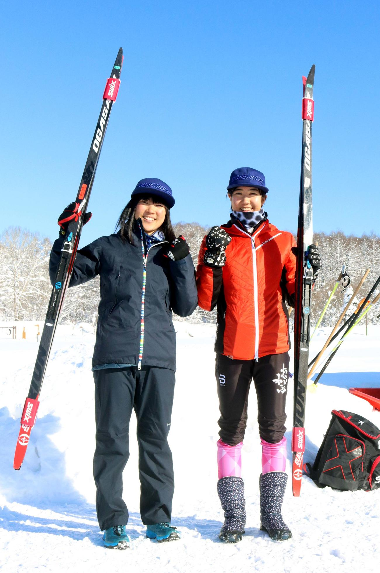 北北海道の女子10キロフリーを制した栃谷(右)は北海道選手権10キロフリー優勝の姉・和と笑顔を見せる(撮影・永野高輔)